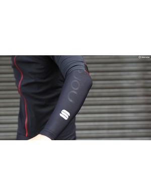 The short sleeves offer versatility but can still be paired with arm warmers for full arm protection