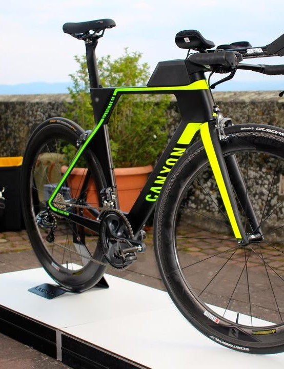 We certainly like the paint job, and at first glance it has much in common with its older brother the Speedmax CF SLX