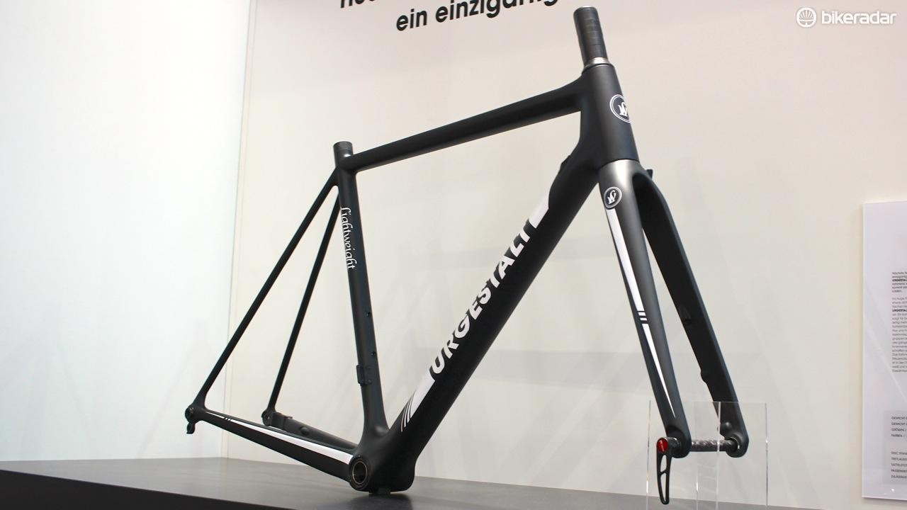 It has a number of changes over the previous Urgestalt frame, like a more sloping top tube, solid carbon fork and asymmetrical seat stays