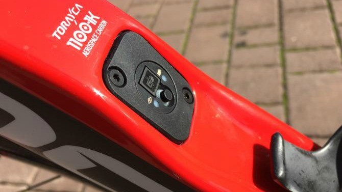 The E-link battery point on the down tube allows a simple plug-in position for recharging the Di2 battery