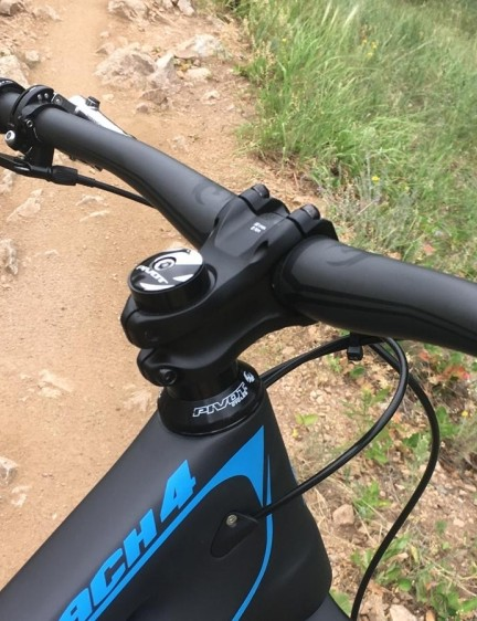 Pivot's house brand Phoenix provides the 35mm clamp bar and stem