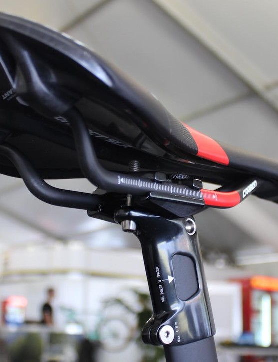 The saddle has a composite construction and carbon rails