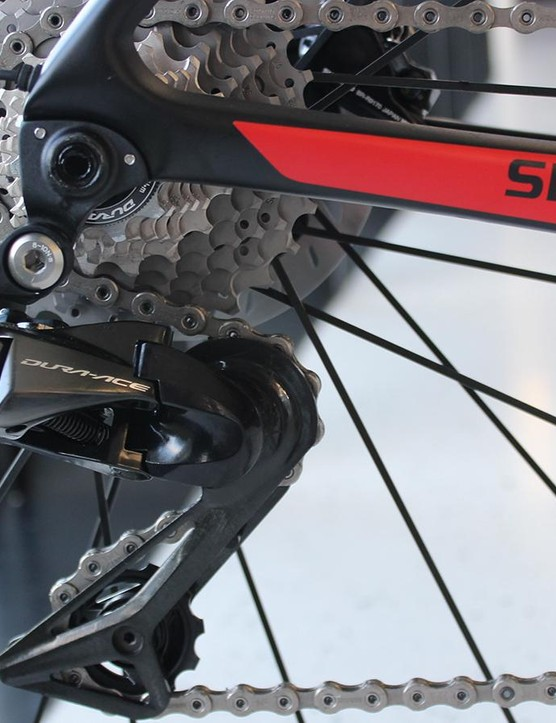 The new Dura-Ace Di2 rear derailleur takes cues from Shimano's XTR, with body tucked further underneath the cassette than past Dura-Ace