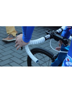 Double-wrapped handlebar tape and a climbing switch located next to the stem for changing gear on the top of the bars