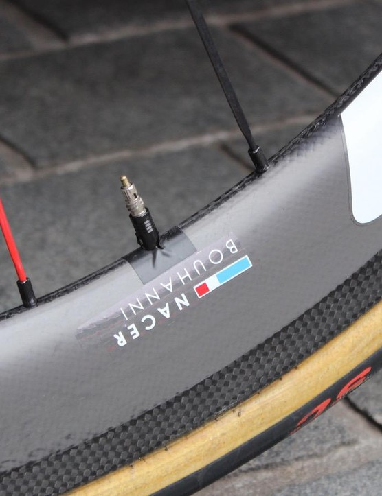Simple solutions: a red spoke helps to locate the tubular valve, while electrical tape prevents rattling on the rim