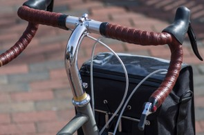 We definitely appreciate the use of a bar-end shifter on this build