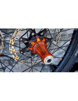 The front wheel has a tangential cross pattern on the disc side and radial lacing on the driveside