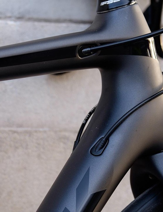 Internal cable routings keeps the look of the bike sleek