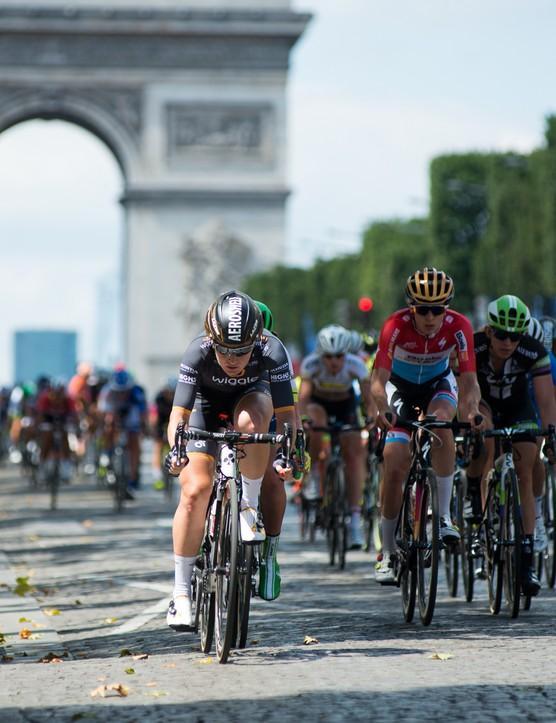 Amy Pieters leads the peloton along the Champs-Élysées