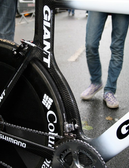 The seat tube closely profiles the rear disc wheel before straightening up towards the saddle.