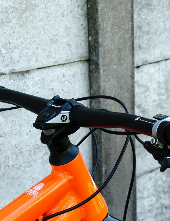 A stubby 35mm stem is paired with 740mm wide bars