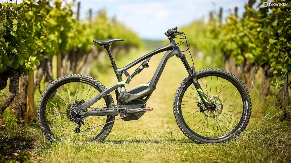 The new Overvolt AM700 Carbon gets a full carbon frame, allowing Lapierre to drop the battery down so it sits just above the motor. This therefore lowers the centre of mass of the bike which has a dramatic effect on handling