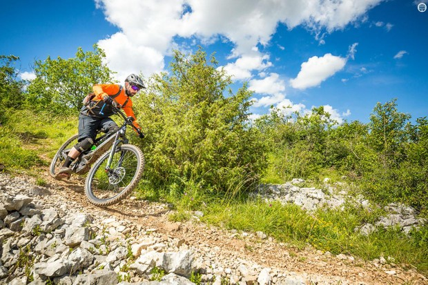 Rob Weaver putting the Overvolt AM700 Carbon through its paces on the short, rough test loop