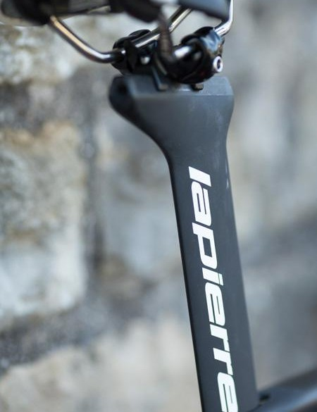 The seatpost offers a massive 100mm of adjustement fore and aft