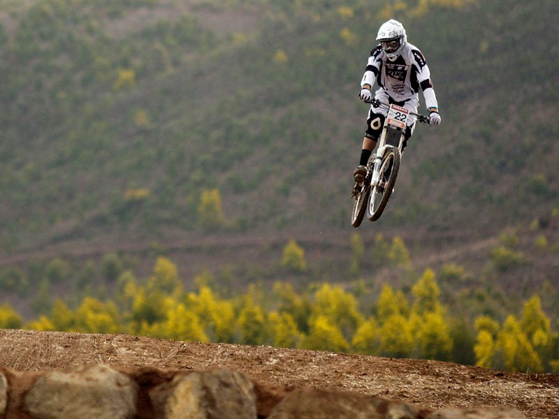 Justin Leov of New Zealand competes in the Men's Downhill event during day two of the MTB World Cup held at Mount Stromlo August 31, 2008 in Canberra, Australia