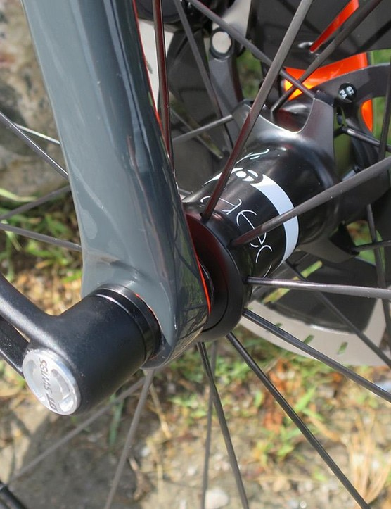 Like the rear, the Emonda Disc's fork has full carbon dropouts