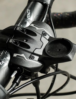 The hydraulic reservoir on the handlebars also has a built in mount for a Garmin or similar computer