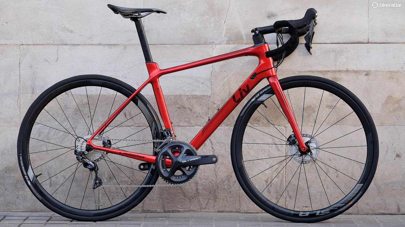 The frame incorporates aero tube shaping on the down tube and seatpost