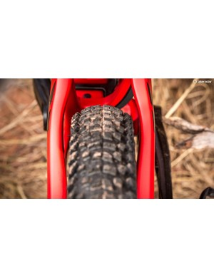 There's still plenty of mud clearance with a 27.5x2.6 Maxxis Rekon installed in the back