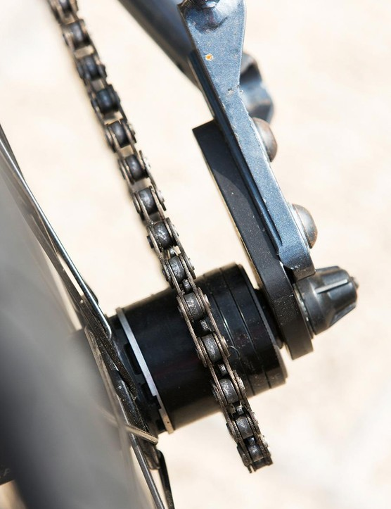 The single 42-teeth crankset stretches back to a single 17-teeth sprocket at the rear