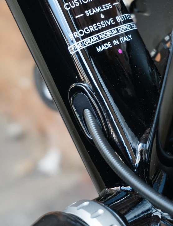 Internal cable and brake hose routing allows frame luggage to be used without hinderence
