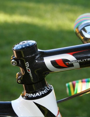 An 11cm Tiger Lite carbon stem is clamped below the top of the steerer tube