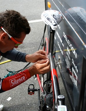 What's that Robbie McEwen (Silence-Lotto) is doing to his new Ridley Noah?