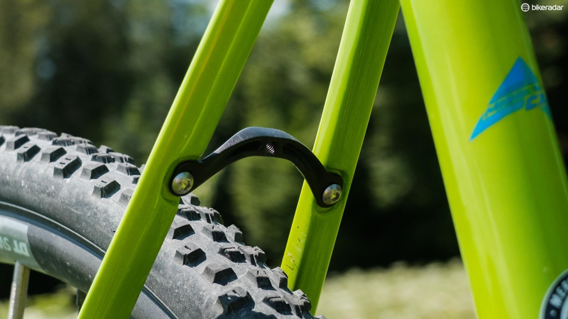 The bike uses a removable seatstay bridge for mudguard mounting