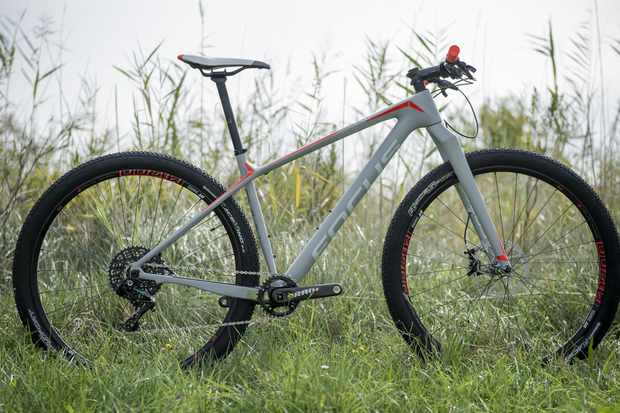 The Focus Raven Max Factory 29 is a fully rigid machine that mixes fear, fun and speed