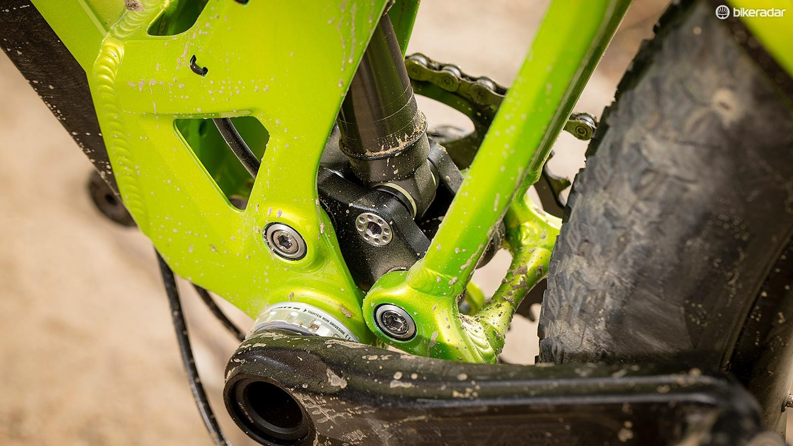 The twin-link suspension system delivers supple bump compliance and stable pedalling