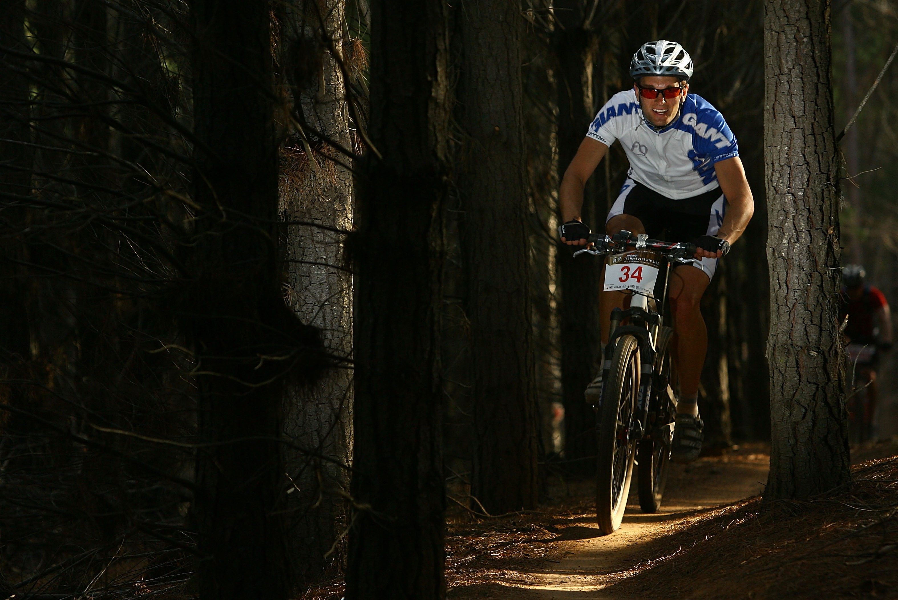 Daniel McKay (Giant) fast and focused in the singletrack