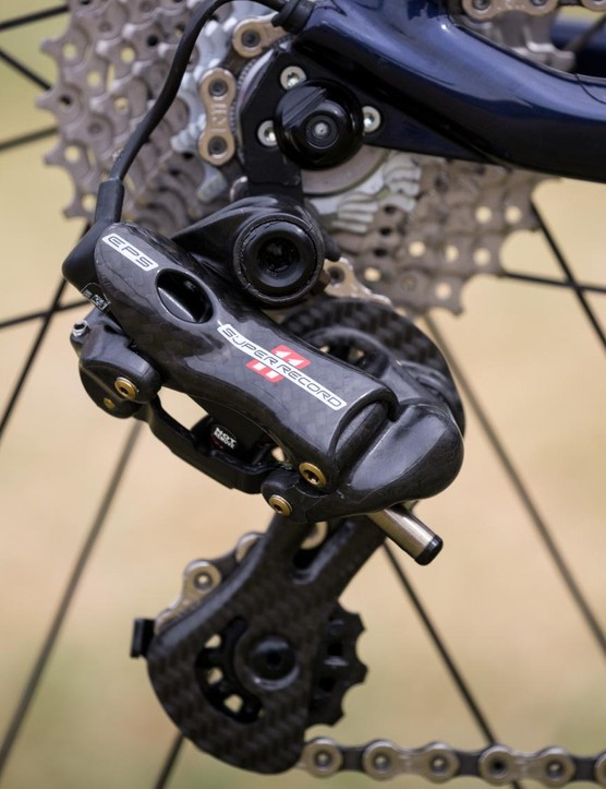 The Super Record EPS derailer relies heavy on carbon fibre