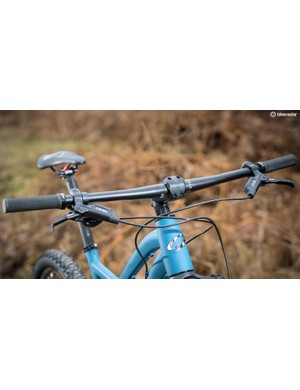 Niner's own wide 780mm flat bar sits atop a RockShox Yari fork