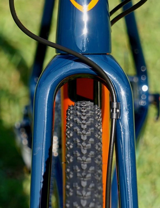 The front brake cable is tucked cleanly to the side, leaving plenty of room up front for muddy 33mm tires (up to 40mm)