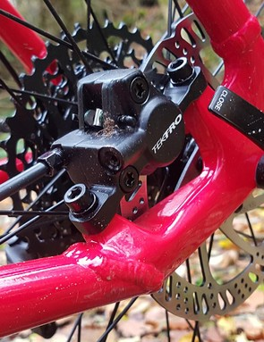 The brake caliper is nicely located inside the rear triangle