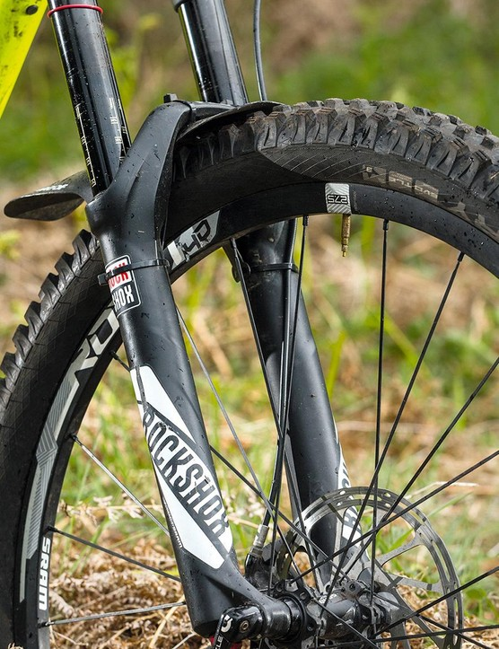 The RCT3-damper RockShox Pike fork feels connected in ragged situations