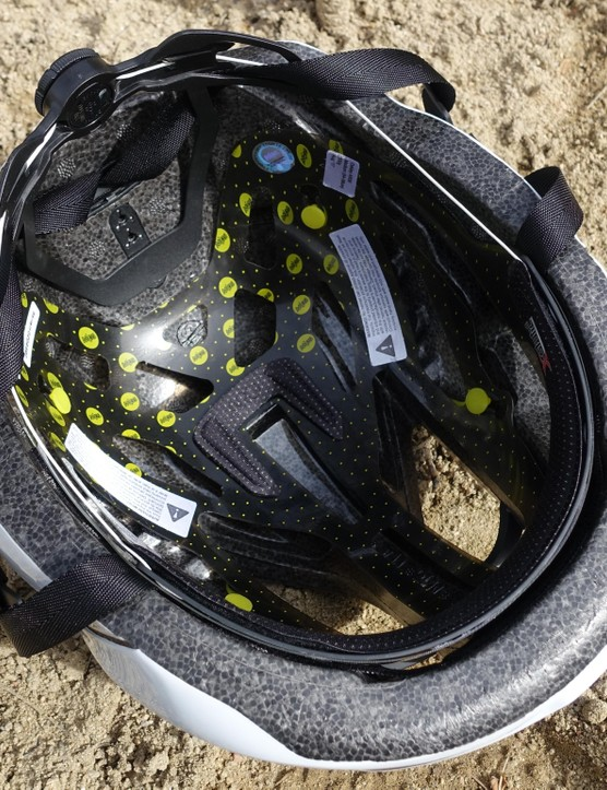 The ARO5 uses a MIPS liner, with only two pads. The brow pad wraps the forehead while a small pad at the top of the helmet cushions the crown of your head. The BOA fit system has three vertical position options, shown here in its highest spot