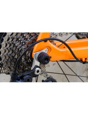 A 6mm bolted, quick release style axle is used in lieu of thru-axles