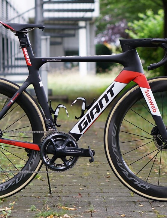 The Giant Propel Disc runs Di2 and hydraulic lines through the bar and stem and into the frame
