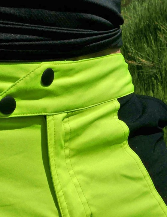 A double, offset snap closure is a welcome sight on MTB baggies