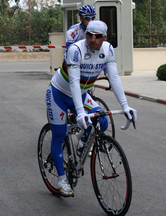 Bettini arrives back at the team's hotel after a quick spin on his Tarmac SL2.