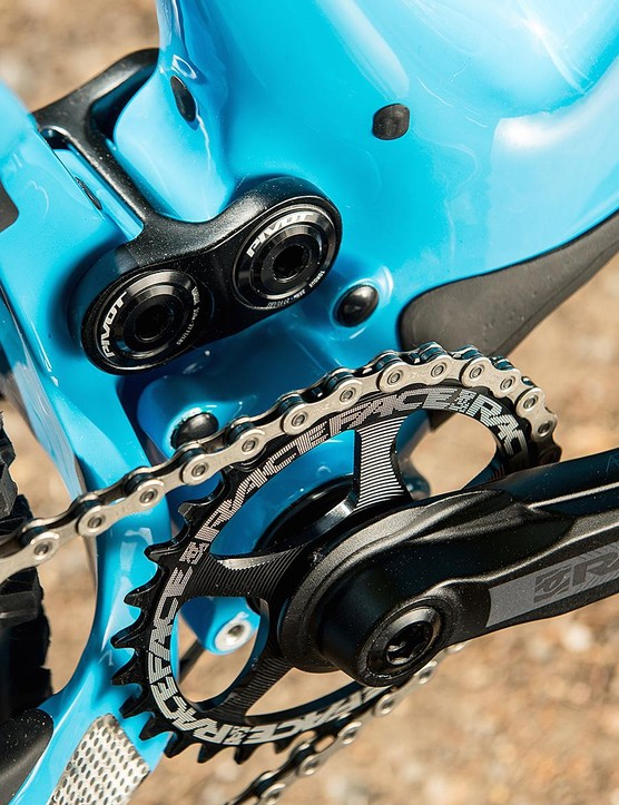 The DW-link suspension setup delivers 135mm of rear travel