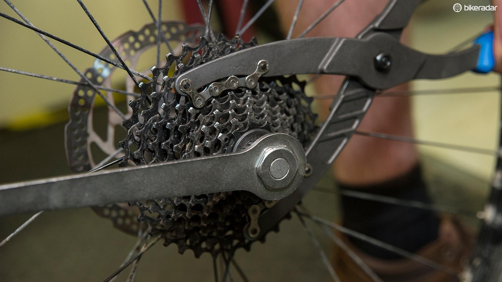 1. For a rear wheel spoke, first remove the cassette