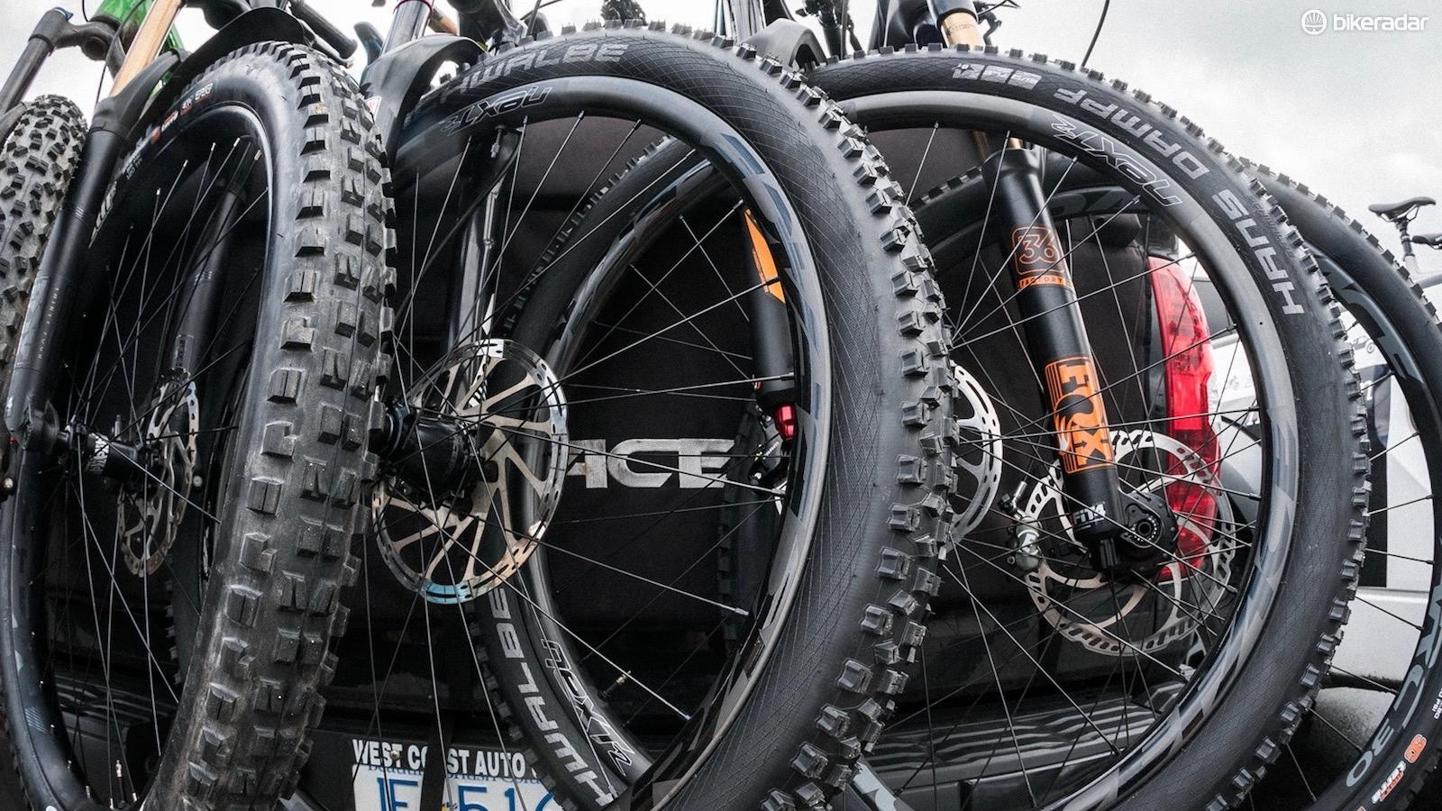The RaceFace Next R wheels are 31mm internal and designed for trail riding, complementing 2.3-2.6in tires