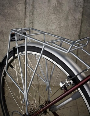 Fittings include mudguards, rear rack and pump