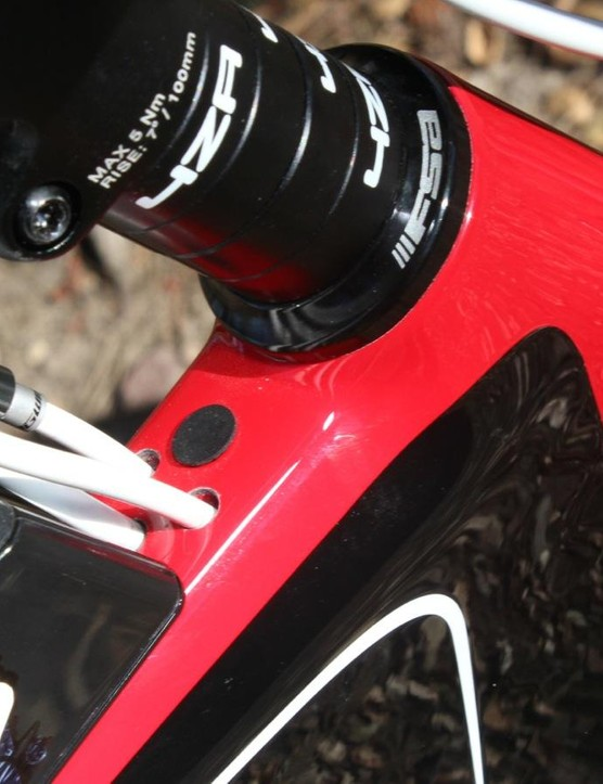 The cable routing – and the bento box – hide between the steerer tube and stem