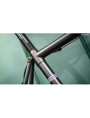 A split seatpost clamping sleeve strengthens the top of the seat tube