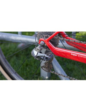 Van Avermaet had Shimano 9100 Di2 levers with the older Shimano Dura-Ace 9000 series derailleurs