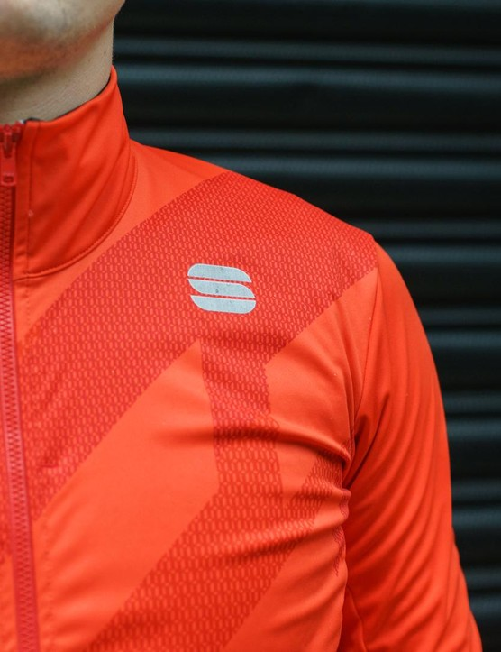 The outer of the Sportful Attitude jacket is made from Gore Windstopper material