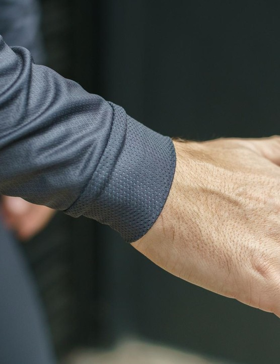 A double-layer mesh features on the cuffs and collar of the Sportful Moire Thermal jersey